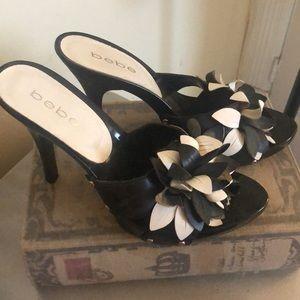 Fun flowered heels sandals Bebe black white